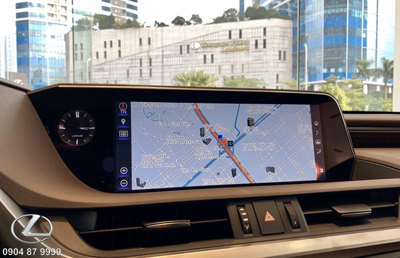Đồng hồ Analog sang trọng của Lexus ES250 2020 cùng màn hình giải trí tích hợp hệ thống dẫn đường bản đồ và hỗ trợ giao diện tiếng Việt