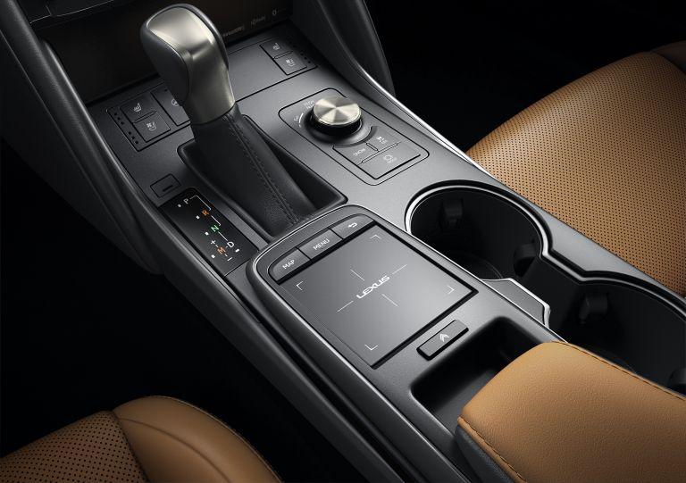 Bàn rê cảm ứng giúp điều chỉnh màn hình trung tâm và nút vặn điều chỉnh chế độ lái