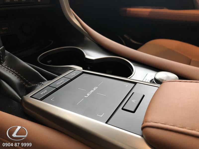 Bàn rê điều khiển màn hình EMV hiện đại của RX300 Lexus giúp người lái dễ dàng điều khiển các tính năng