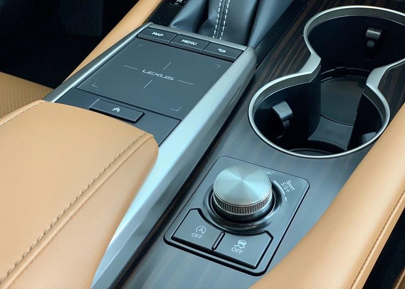 Bàn rê điều khiển màn hình DVD hiện đại của RX300 Lexus giúp người lái dễ dàng điều khiển các tính năng trên màn hình DVD