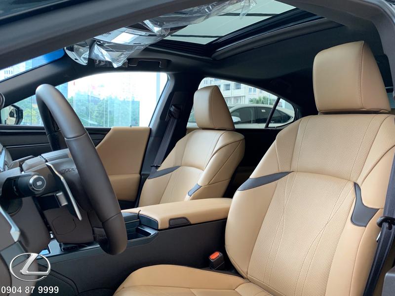 Bệ tì tay hàng ghế trước thỏa mái, rộng rãi có thể mở 2 chiều với khay sạc điện thoại thông minh