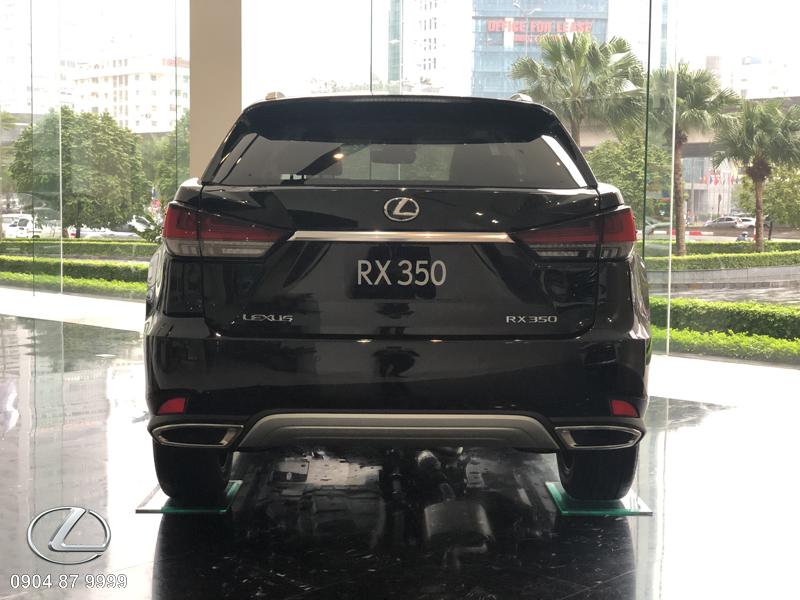 Bộ ốp cản sau được Lexus bổ sung thêm một thanh mạ satin dài nằm tại vị trí thấp nhất trên cản sau giúp tăng thêm nét cá tính và táo bạo