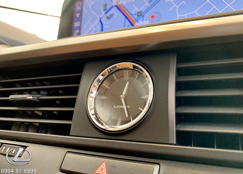 Đồng hồ Analog sang trọng của Lexus đặt vị trí trung tâm táp lô