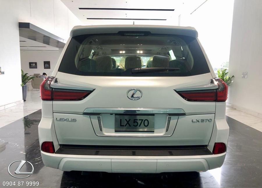 Đuôi xe lexus 570 2020