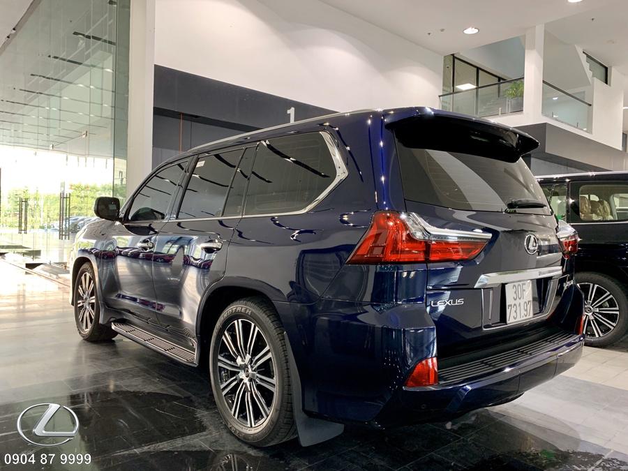 Đuôi xe lexus lx570 2020