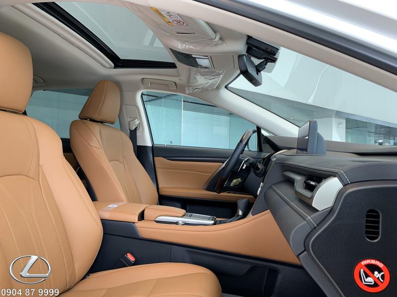 Ghế lái và ghế phụ trước bọc da Semi-aniline cao cấp có thể chỉnh điện 10 hướng, nhớ 3 vị trí kèm hệ thống làm mát