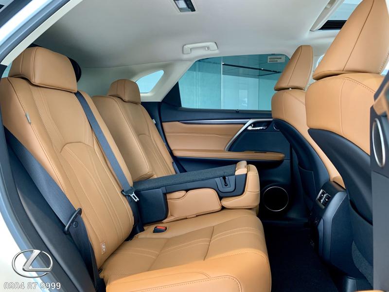 Hàng ghế sau bọc da Semi-aniline cao cấp toàn bộ cùng khả năng chỉnh/gập điện 40:60