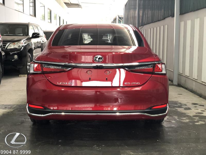 Mắt cảm ứng của xe được đặt tại trung tâm của đuôi xe cùng 8 cảm biến xung quanh xe
