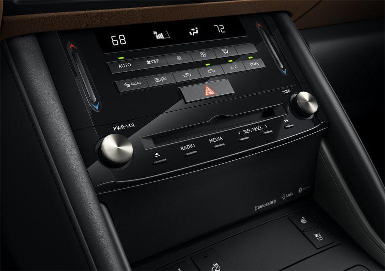 Hệ thống nút điều khiển và nút chức năng của IS300 2021 thiết kế rất tinh tế